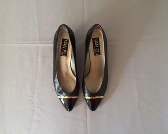 black leather pumps / golden chain pumps / 1980s kitten heels