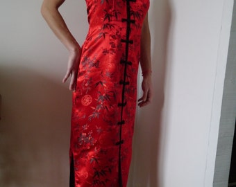 Robe Red satin, Asian collar, buttoned at the front