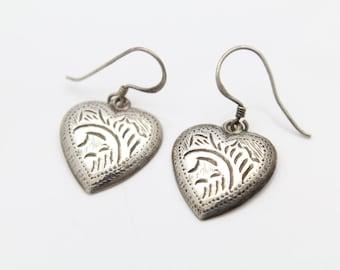 Vintage Hand-Engraved Heart Dangle Earrings in Sterling Silver. [9369]