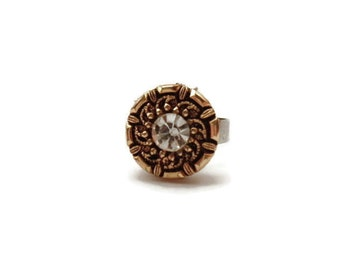 Button with graceful diamantino, mounted on a metal ring adjustable and extendable according to desired size
