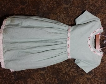 Little girl 80's dress, all linen trimmed with a lace border, toped with little rosettes.
