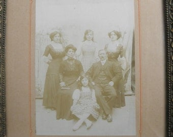 Family table: photograph of a bourgeois family in 1910