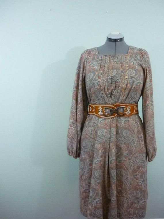SALE! / 1970s Neutral Paisley Print Dress / Midi with Sleeves and Pockets / Tan and Blue Tent Dress / Modern Size Large to Extra Large