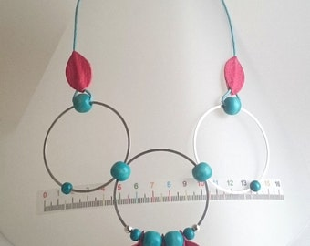 """Necklace """"Circles"""" in pink leather, metal and blue wood beads"""