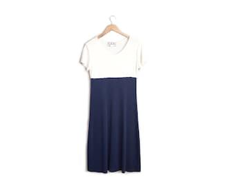 SALE // COLORBLOCK DRESS // Scoop Neck - Navy Blue & White - Stretchy, Textured - Short Sleeve - Vintage '90s. Size M/L.