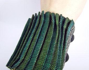 Bracelet manchette tissé à la main plissée vert - OOAK