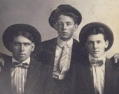 Three HANDSOME YOUNG COWBOYS in Fashionable Western Wear Cabinet Card Photo circa 1900 Pendleton Oregon