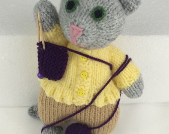Knitting kitties: Kim can't quite handle it