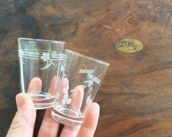Vintage Mid Century Pair of Shot Glasses / Delicate Floral Vintage Shot Glass Set / White Floral Pair Shot Glasses / Mad Men / Vintage Bar