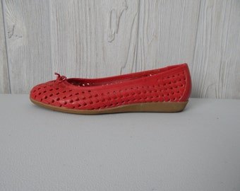 red hot summer | Women's Vintage 70s Red Woven Leather Ballet Flats by Joyce // Size 5.5