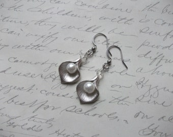 Mate silver calla lily earrings with pearl