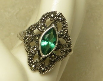 Great looking Vintage Art Deco style lacy sterling silver marcasite emerald green crystal ring size 9