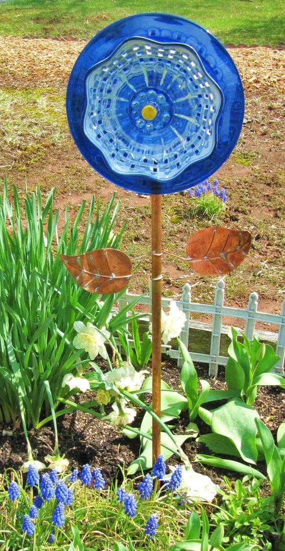 Glass art flower garden gift glass plate flower yard art for Garden art from old dishes