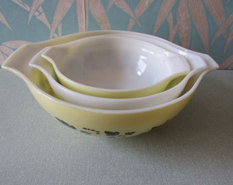 "Trio of 1950s Pyrex ""Gooseberry"" mixing/batter bowls, 2x yellow, 1 white"