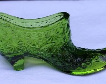 Vintage L. E. Smith Green Glass Slipper, Daisy & Button Pattern