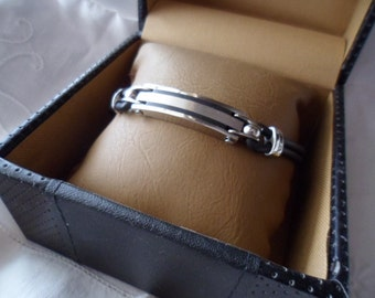 original Retro vintage GUESS stainless steel and leather bracelet original box