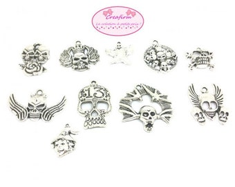 10 charms Gothic skulls