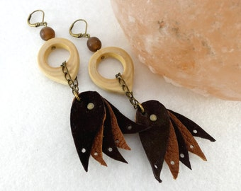 "Boho earrings ""dancers"", wood and brown leather"