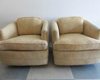 Paire de chaises au milieu du siècle moderne pivotant avec Base en bois, à la manière de Milo Baughman de flottement.