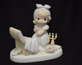 PRECIOUS MOMENTS - Girl Looking in Hope Chest E-2828 in Original Box