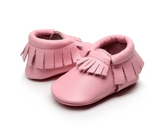 Leather Baby Pink Moccasins. Canadian baby moccs. Soft crib shoes Canada. Moccasins canada