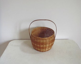 Vintage woven basket with handle / small wicker basket