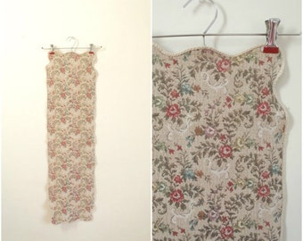 Vintage floral tapestry table runner / long woven table cloth with rose pattern / dusty pink / scalloped edges