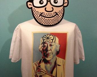 Camiseta de la película Karate Kid culto (Sr. Miyagi / Pat Morita / cera sobre cera apagado)-blanco camisa