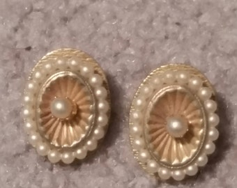 Antique Gold/Pearl Clip On Earrings