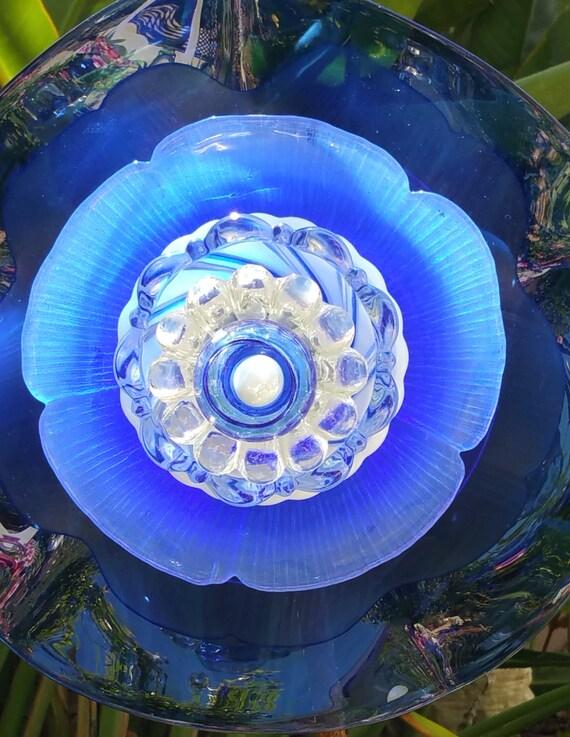 Garden decor yard art glass plate flower suncatcher for Garden art from old dishes