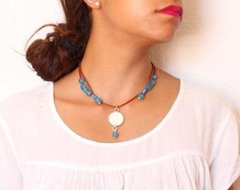 Luna collection Plateada-Hecho mano-Textura hammered silver necklace. African recycled glass beads
