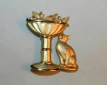 Gold-Tone designer Brooch signed JJ - Cat watching birds at birdbath pin - Very cute - Designer Jewelry by JJ 23-40