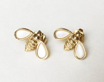 Vintage Avon Bumble Bee Stud Earrings 70s Gold Tone Mother of Pearl Tone Bee Earrings Nature Jewelry Vintage Stud Earrings Honey Bee Spring