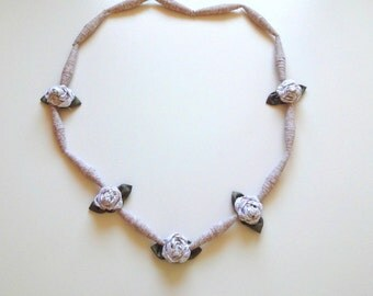 Coordinate fabric necklace, composed by: pearls of cloth and cloth roses. Handmade.