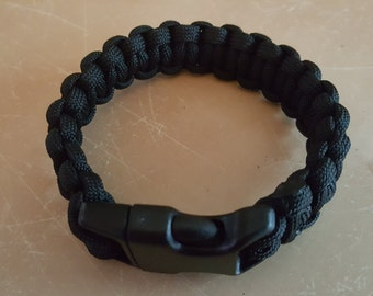 Paracord survival bracelet with buckle