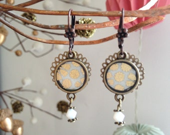 Short small cabochon, bronze earrings and Japanese paper.