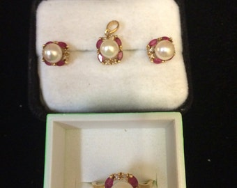 Pearl and garnet jewelry set in 14 kt gold.