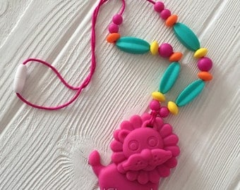 Silicone teething&nursing necklace with a lion teether