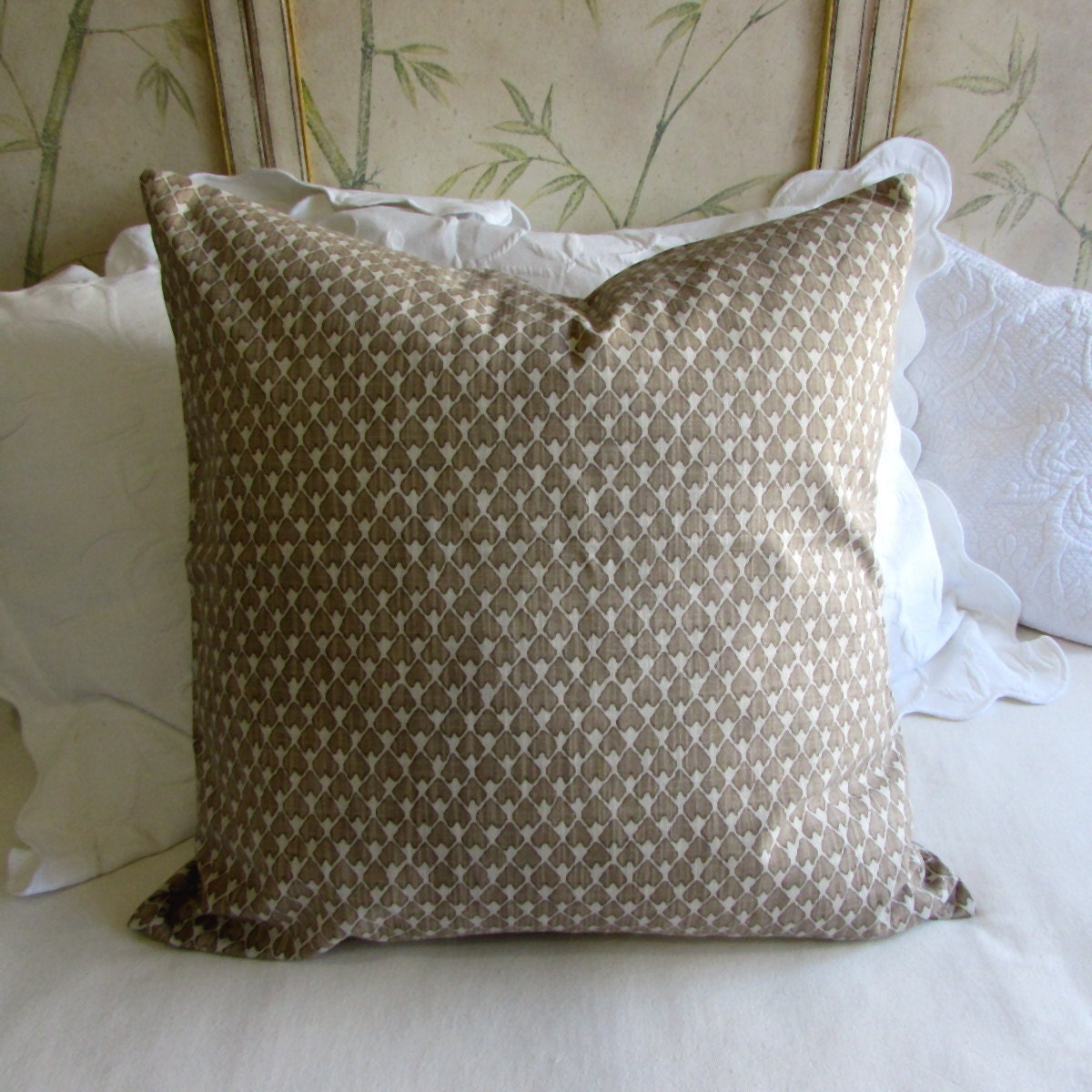 Zippered Pillow Cover Adding a zipper to a pillow cover makes it versatile; you can easily remove the insert to wash the cover, or replace it altogether. Use a zipper that is the exact length of or slightly longer than the pillow opening.
