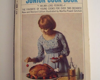 The Fannie Farmer Junior Cook Book, Softcover, 179 pages, 7 x 4.25 in., Famous Cook Book for Young Cooks, Little Treats to Big Parties