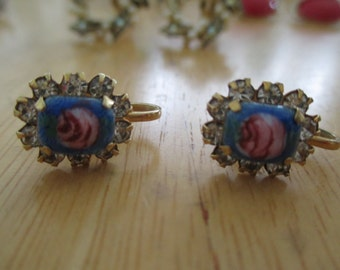 Vintage costume jewelry / screw back earrings with flowers