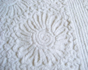 """EXCELLENT Plush Vintage Snow White on White  Chenille Floral Fringed Bedspread  97"""" x 105"""""""