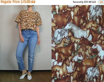 FALL SALE 80s Wild HORSE Print Cotton Crop Top Vintage Novelty Top Equestrian Top Horses Cotton Cropped Top White Ecru Brown Horses Top Boxy