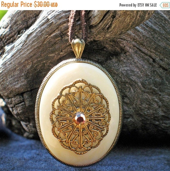 Beautiful 70s Boho Gypsy Hipster Hippie Filigree Rhinestone Agate  Victorian Style Pendant On A Suede Thong