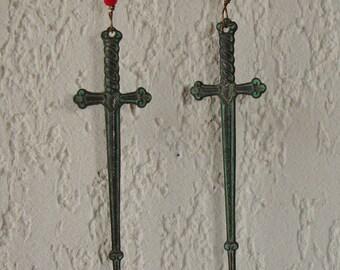 Boucles d'oreilles gothiques épées médiévales patinées vert de gris