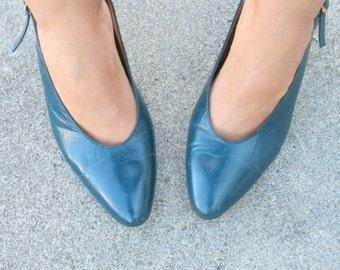 Vintage MAD MEN Pappagallo Heels....size 8 women...heels. pumps. shoes. strappy heels. closed toed. designer. mod. mad men. sling back heels