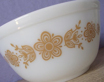 Vintage 1970's Mod Kitchen Glass Bowl, Pyrex 1 1/2 quart mixing bowl, Butterfly gold, White glass bowl, Retro mixing bowl, Gift for mom