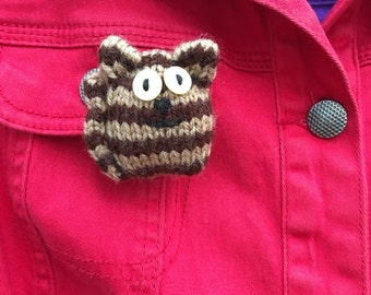 Brown striped cat knitted brooch.