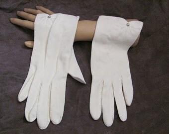 Beautiful Ladies Vintage White Soft Wrist Gloves (13A)