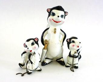 Vintage Cute Anthropomorphic Kitsch Skunk Chain Figurine Set (E2456)
